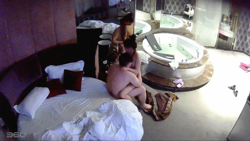 精品推荐-主题酒店偷拍逼毛很少很嫩的漂亮小美女和胖男友酒店啪