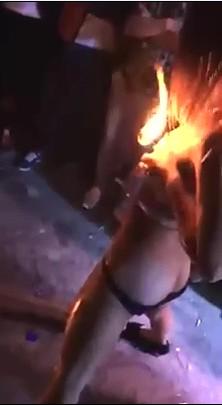 屌炸天了 农村低俗色情表演这波真是太暴力了 妹纸用火烧逼烧奶头